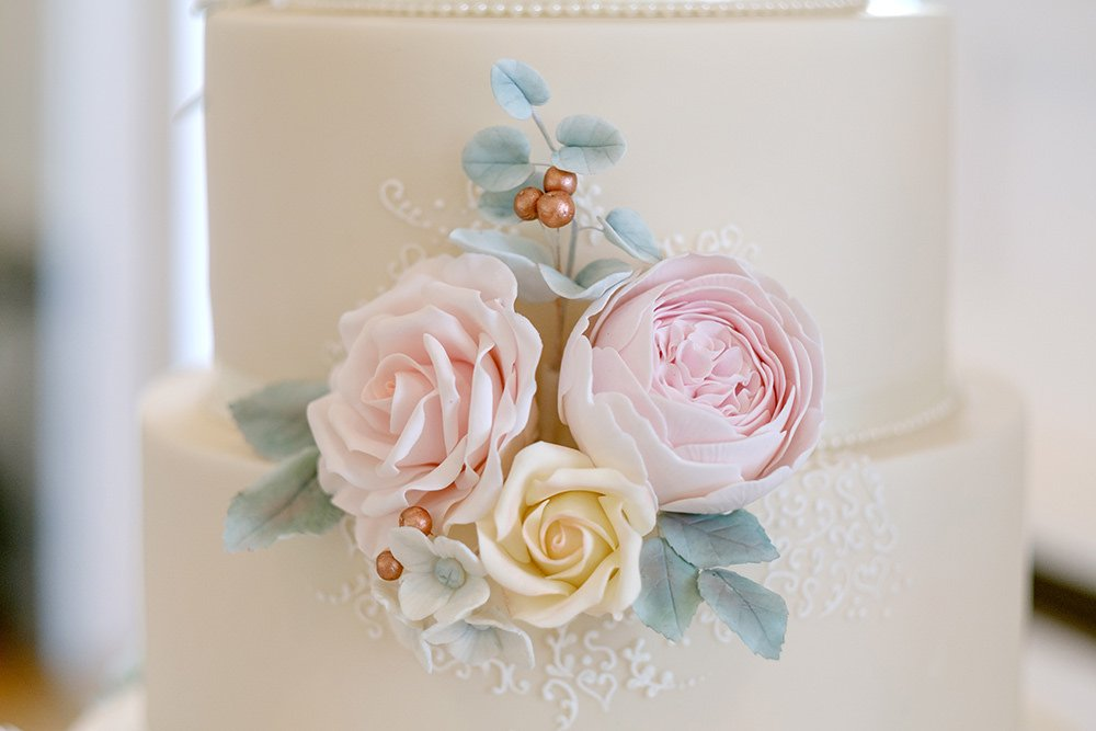 Beautiful floral cake decorations on a wedding cake